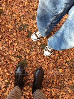 近くに青と黒の靴を履いて足のアップの写真・画像素材[858088]