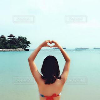 女性,海,ビーチ,後ろ姿,水着,ハート