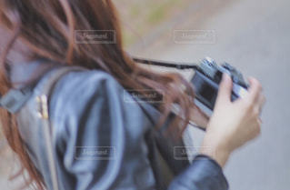 携帯電話で通話中の女性の写真・画像素材[1264491]