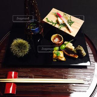 テーブルの上に食べ物のプレート - No.779942