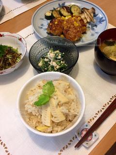 テーブルの上に食べ物のボウル - No.799000