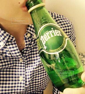 ボトルを保持している人の写真・画像素材[917229]