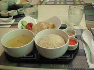 テーブルの上に食べ物のボウル - No.922946
