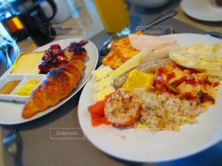 テーブルの上に食べ物のプレート - No.922961