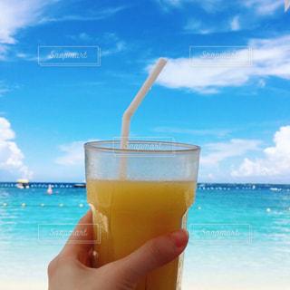 ビーチの水のカップの写真・画像素材[929394]