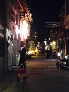 夜の街を歩いている人のグループ - No.952969
