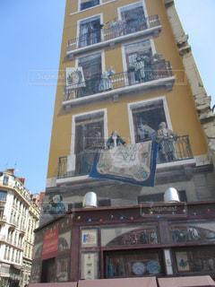 建物の側に時計の写真・画像素材[1834549]