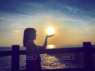 夕焼けと私の写真・画像素材[2866170]