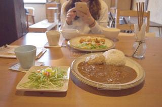 テーブルに座っている女性の写真・画像素材[778760]