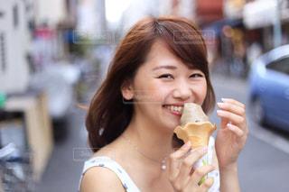 女性,夏,東京,笑顔,アイス,ソフトクリーム,ポートレート,スナップ,街歩き