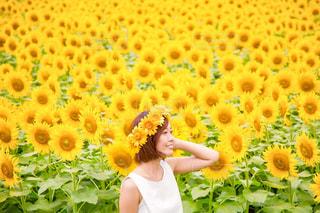 黄色の花の女性の写真・画像素材[1135083]