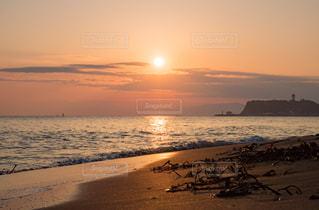 ビーチに沈む夕日の写真・画像素材[1204027]