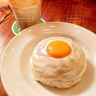食品とコーヒーのカップのプレートの写真・画像素材[748127]