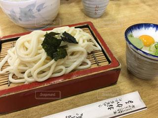 近くのテーブルの上に食べ物をの写真・画像素材[748133]