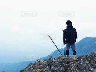 岩が多い丘の上に立っている人の写真・画像素材[767470]