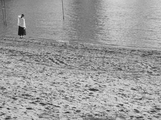水の体の横に立っている人の写真・画像素材[813382]