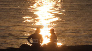 水面に揺れる夕陽とカップル - No.916566