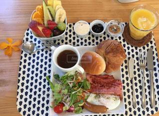 カフェ,フルーツ,ジャム,目玉焼き,ベーコン,朝ごはん,クロワッサン,ロールパン,オレンジジュース,野菜スープ,ピーナッツクリーム