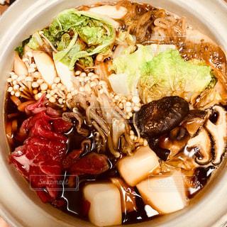 板の上に食べ物のボウルの写真・画像素材[1694740]