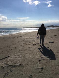 男性,海,空,冬,雲,晴れ,コート,散歩,海岸,男,千葉,12月