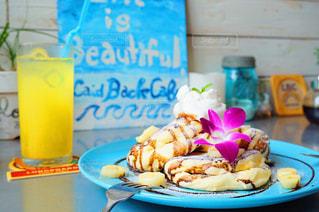 テーブルの上に食べ物のプレートの写真・画像素材[870798]