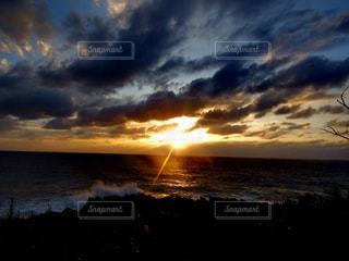 日本海に沈む夕陽の写真・画像素材[972025]