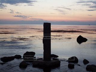 水の体に沈む夕日の写真・画像素材[1300277]