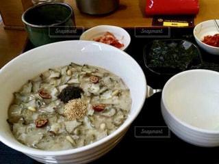 テーブルの上に食べ物のボウルの写真・画像素材[920444]