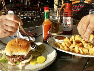 食品のプレートをテーブルに座って人の写真・画像素材[920459]