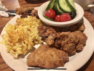 テーブルの上に食べ物のプレートの写真・画像素材[920475]