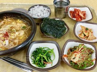 テーブルの上に食べ物の種類で満たされたボウルの写真・画像素材[920563]