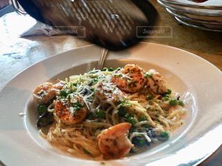 テーブルの上に食べ物のプレートの写真・画像素材[920594]
