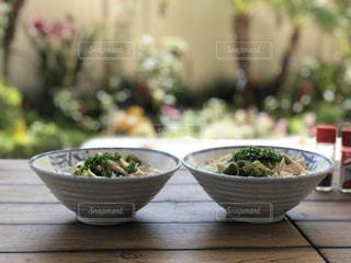 テーブルの上に食べ物のボウルの写真・画像素材[1179754]