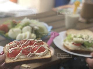 近くのテーブルに座ってホットドッグ プレートのアップの写真・画像素材[1179770]