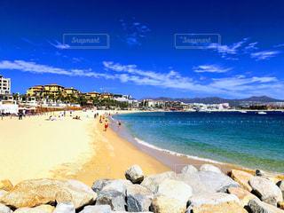 水域の近くのビーチで人々のグループの写真・画像素材[2332878]