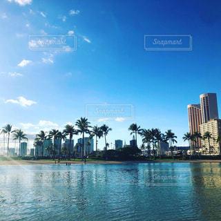 都市を背景にした大きな水域の写真・画像素材[2332934]