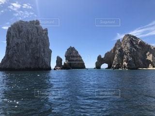 山を背景にした大きな水域の写真・画像素材[2332965]