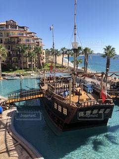ボートは水域の隣にドッキングされるの写真・画像素材[2332982]