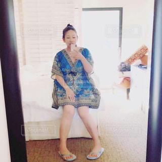 鏡の前に立ってカメラのポーズをとる女性の写真・画像素材[3123564]