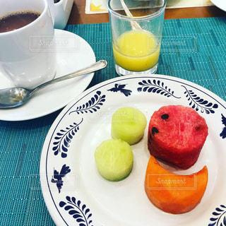 食べ物の皿とコーヒー1杯の写真・画像素材[3148403]