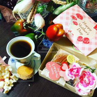 食べ物の皿と一杯のコーヒーをテーブルの上に置いての写真・画像素材[3192596]
