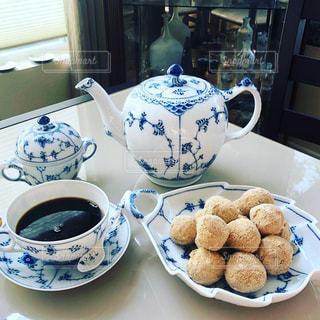 テーブルの上にコーヒーを一杯入れるの写真・画像素材[3214946]