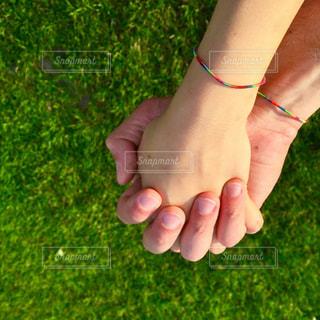 手をつなぐカップルの写真・画像素材[753463]