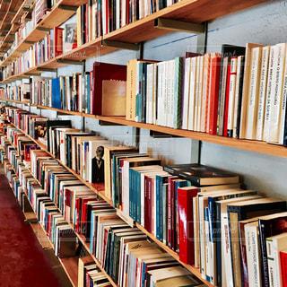 本棚は本でいっぱいの写真・画像素材[756386]