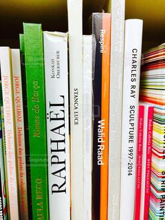 書店の棚の横にある新聞のスタック - No.756399