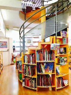 建物,屋内,図書館,レンガ,棚,フランス,本棚,柱,本屋,昼,らせん階段,らせん