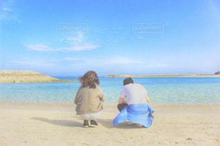 海の青さと親子の愛の写真・画像素材[897093]