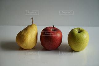 食べ物,緑,赤,黄色,果物,りんご,くだもの,果実,食材,自宅,青リンゴ,白バック,ルレクチェ