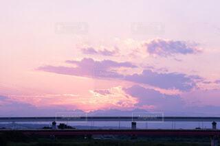 紫に染まる夏の夕暮れの写真・画像素材[4147673]