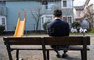 公園のベンチに座っている男性の写真・画像素材[4221405]